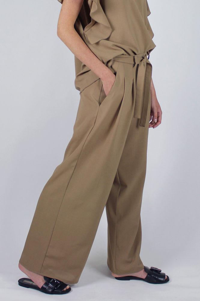 pantalone con pinces con cintura in vita cezanne e top con rouge sulla manica Violetta Dep 2