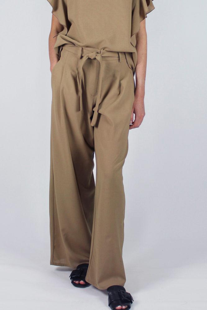 pantalone con pinces con cintura in vita cezanne e top con rouge sulla manica Violetta Dep DETTAGLIO